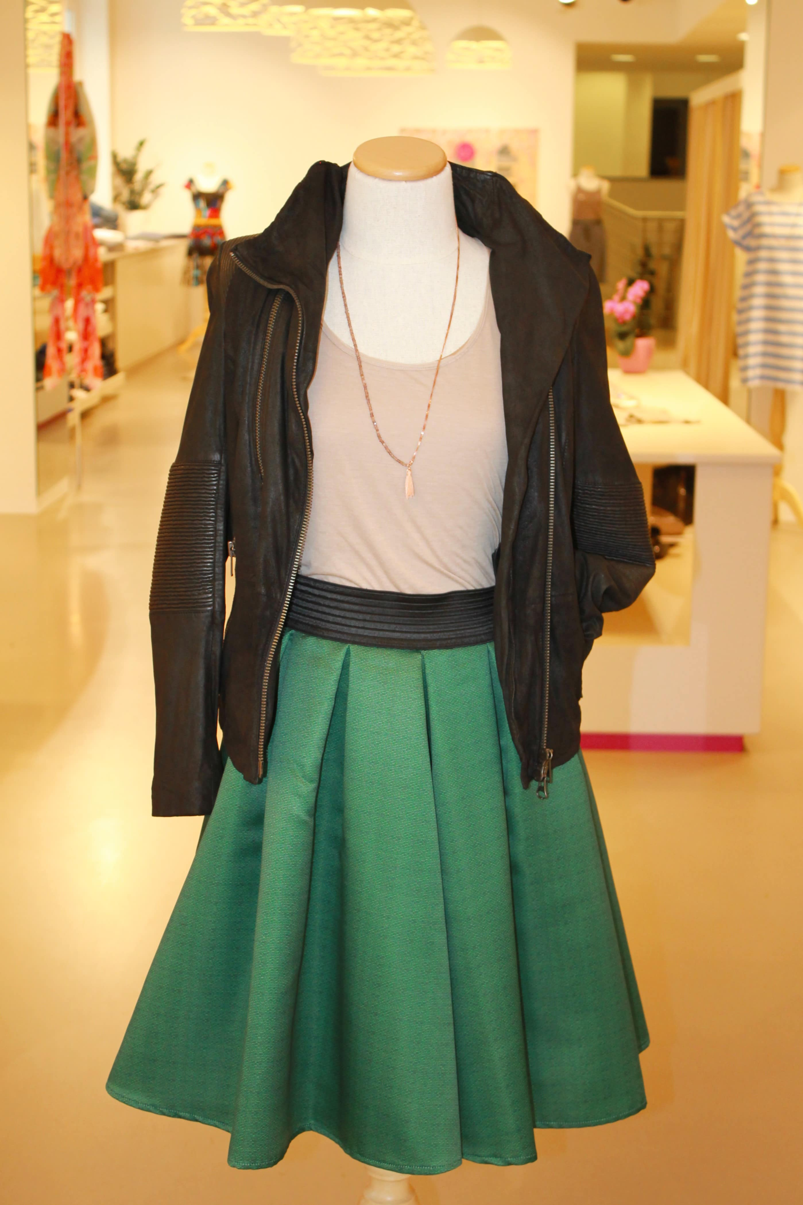 femininer Taillenrock (Didier Parakian) mit leichtem Oberteil (Edie Karimova), kombiniert mit einer coolen Lederjacke (Nue 19.04)… abgerundet mit einer handgefertigten Kette von LOVESKI